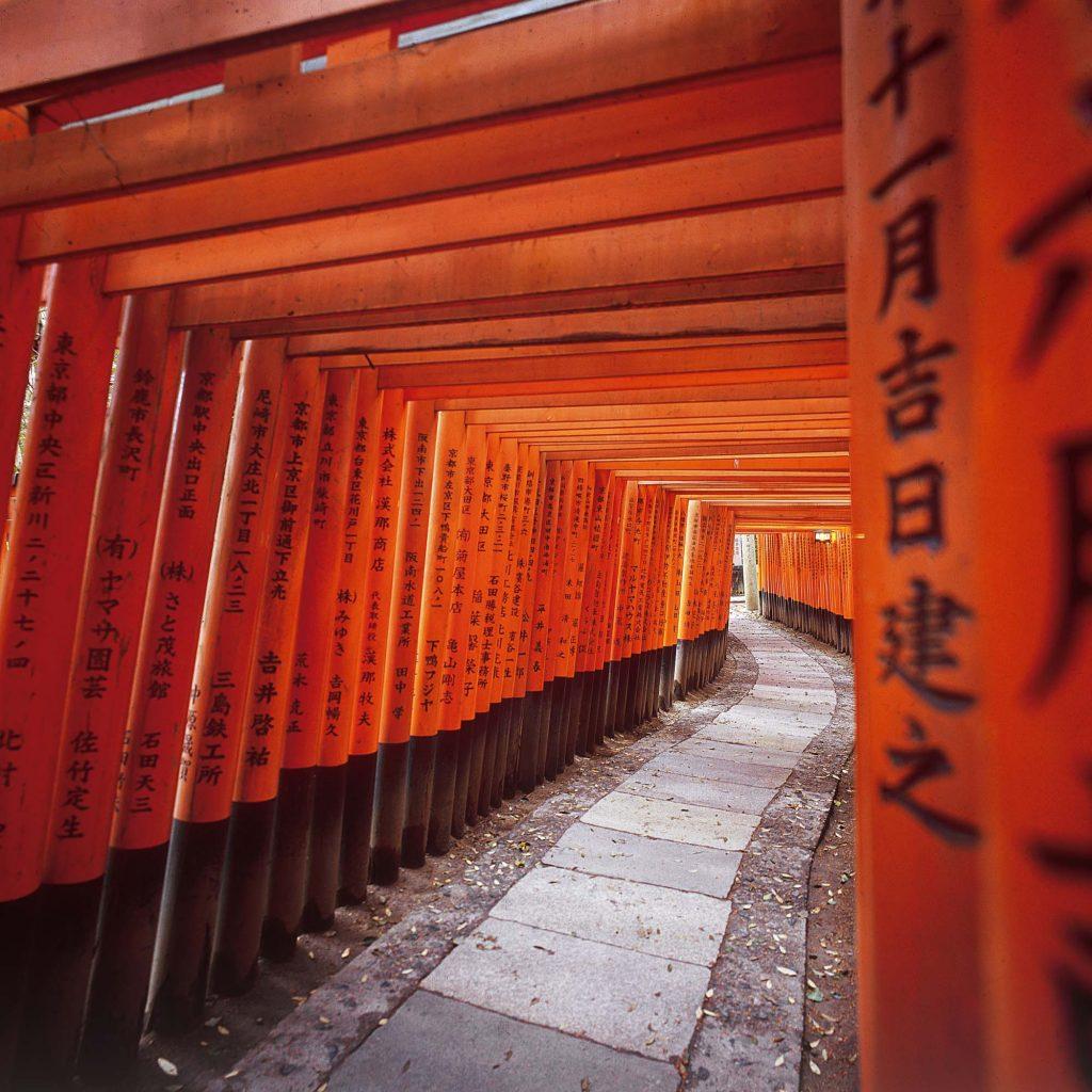 """Prolaz u """"Fushimi Inari Taisha"""". Crvena vrata koja se zovu """"torii"""" označavaju sveto mjesto"""