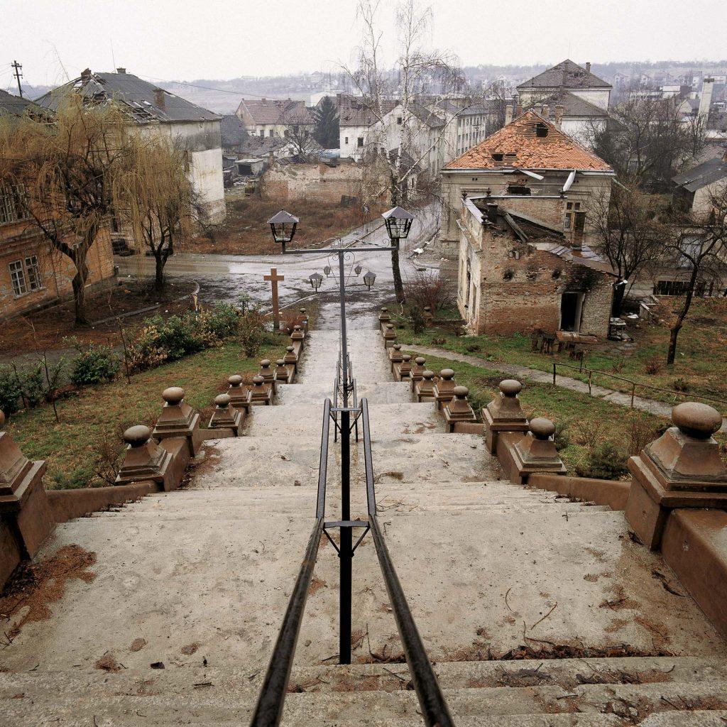 CRKVA UZNESENJA BLAŽENE DJEVICE MARIJE, PAKRAC, OŽUJAK 1992. Prilazno stubište crkvi