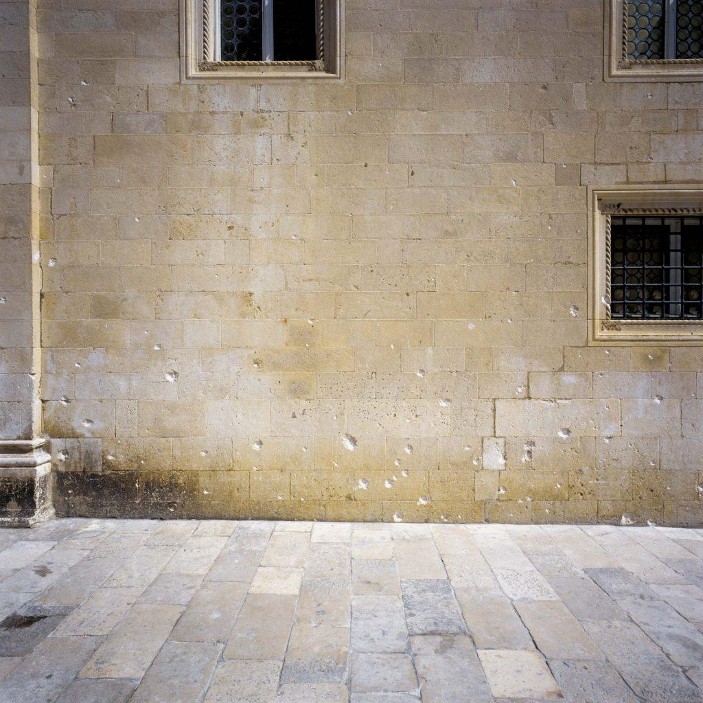 KNEŽEV DVOR, DUBROVNIK, LIPANJ 1992. Južna fasada s rupama od krhotina granata na kamenoj fasadi