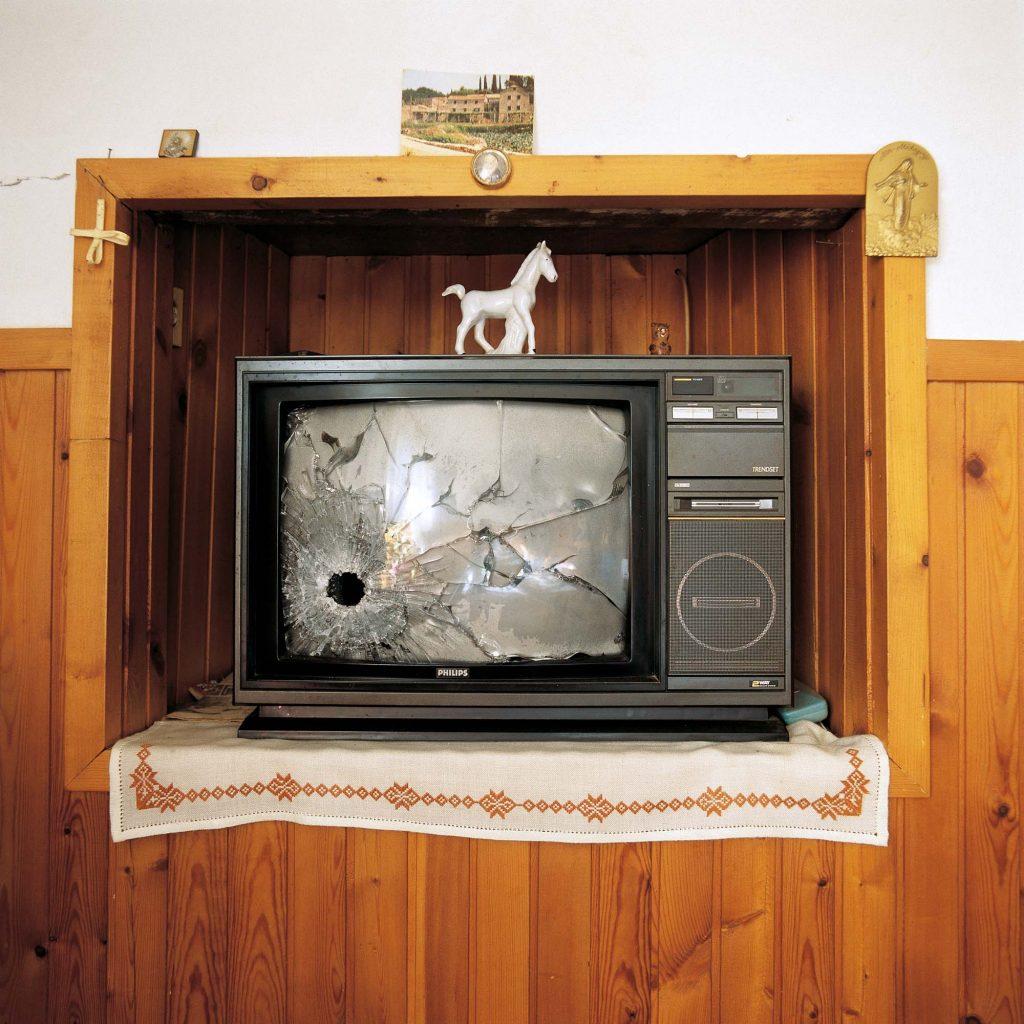 KUĆA GLAVIĆ, SELO POLJICE, KONAVLE, STUDENI 1992. Jedan od dva, namjerno prostrijeljena, televizora u kući (stari, najvredniji dio kuće, označen zastavom o zaštiti spomenika prema međunarodnoj konvenciji, namjerno je potpuno spaljen)